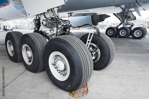 Papiers peints Avion à Moteur Close up of aircraft wheel at the hangar