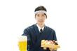 ビールジョッキを持つ寿司職人