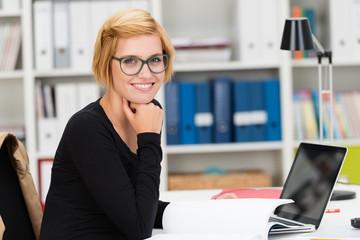 studentin arbeitet mit laptop am schreibtisch