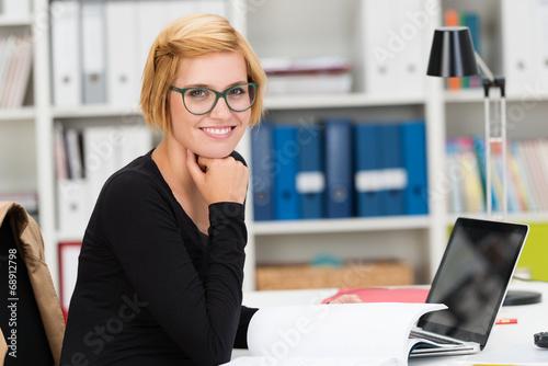 studentin arbeitet mit laptop am schreibtisch - 68912798