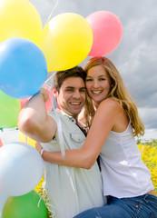 Glück: Junges, verliebtes Paar mit Luftballons :)