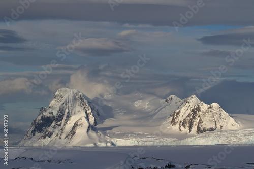 Fotobehang Antarctica mountains of the Antarctic Peninsula on a cloudy day
