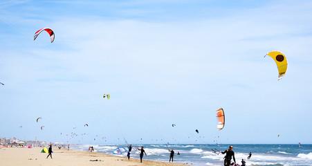Kitesurf en la playa de Castelldefels, Barcelona