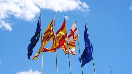Banderas ondeando al viento