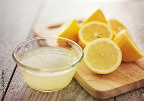 Foto op Aluminium Vruchten freshly squeezed lemon juice in small bowl