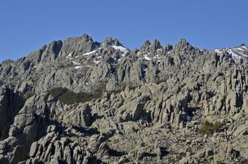 Paisaje de montaña con muchas rocas de granito
