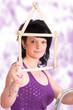 Renovierung einer Wohnung, Frau mit Zollstock