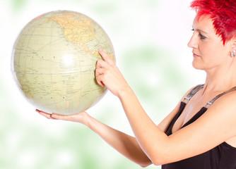 Frau hält die Weltkugel und zeigt ...