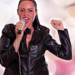 Frau singt ins Mikrofon