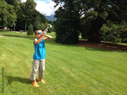 Poster un air de trompette au parc