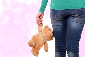 verlassene Frau trauert mit Teddy in der Hand