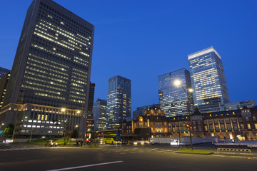 東京駅夜景と丸の内高層ビル街-700