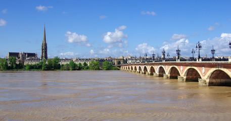 Bordeaux. Vue sur le pont de pierre et la basilique saint-michel