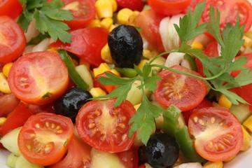Salade d'été : tomate cerise  olive  maïs . . . .