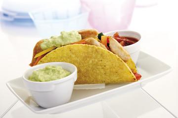 Tortilla gefüllt mit Hühnerfleisch und Gemüse