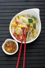 Asiatisches Gericht mit Huhn, Gemüse und Reis
