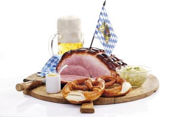Schweinekrustenbraten,Brezeln und Krautsalat