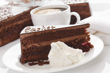 Tortenheber und Schlagsahne in der Platte mit Kaffeetasse