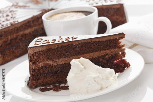 Foto op Plexiglas Kruidenierswinkel Tortenheber und Schlagsahne in der Platte mit Kaffeetasse