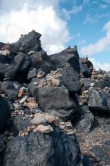 Gestapelte Kieselsteine auf einem Felsen in Aruba
