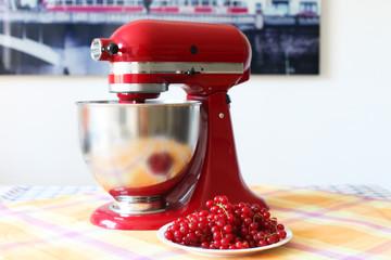 rote Küchenmaschine und Beeren