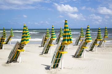 Ombrelloni chiusi sulla spiaggia