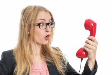 Erregte Frau am Telefon