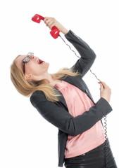 Geschäftsfrau schreit in ein Telefon