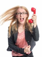 Junges Mädchen brüllt in ein Telefon