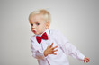 Tanzender Junge im Hemd mit Fliege