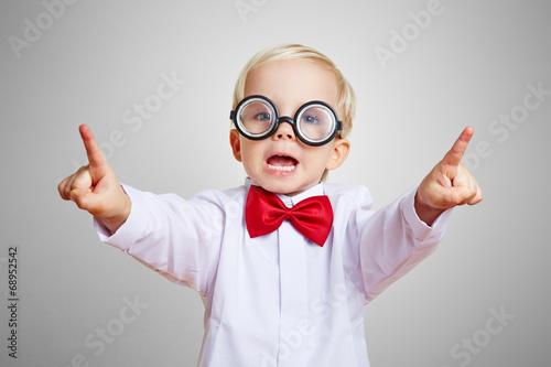 Leinwanddruck Bild Kluges Kind meldet sich mit beiden Händen