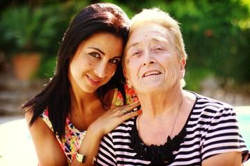 jeune fille et sa grand-mère