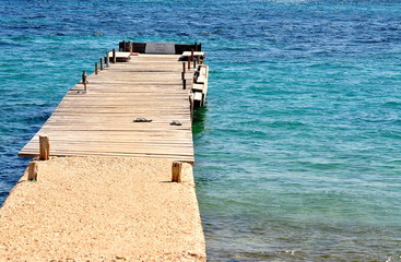 Bootssteg am türkisblauen Meer