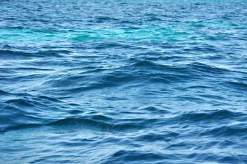 Wellen auf türkisfarbenen Meer