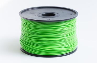 Filament für 3d Drucker in Hellgrün vor hellem Hintergrund