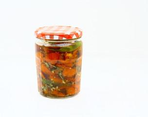 bocal de tomates confites,conserve,fond blanc