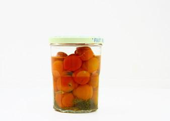 bocal de tomates cerises, en conserve,fond blanc