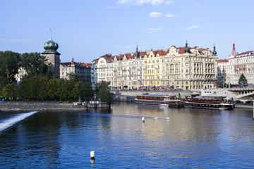 Moldau mit Auslfugsbooten in Prag