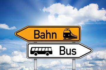 Wegweiser mit Bus und Bahn
