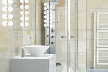 Waschbecken im Bad mit Fliesen aus Terrakotta