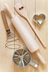 Verschiedene Backutensilien aus Holz und Metall