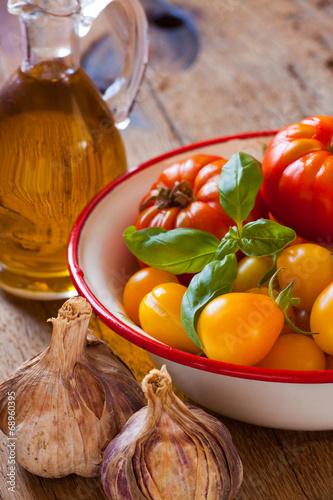canvas print picture Erntefrische Tomaten, Knoblauch und Olivenöl