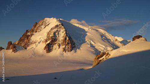 Papiers peints Alpes Jour sur le Mont Blanc du Tacul et le refuge des Cosmiques