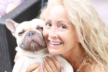 maîtresse aimant son chien