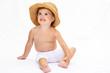 Bambino con cappello di paglia