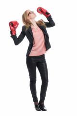 Geschäftsfrau mit Boxhandschuhen