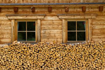 Brennholz vor der Hütte