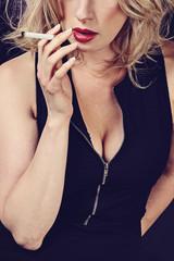 femme fatale fumant cigarette
