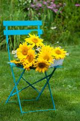 Sonnenblumen auf Gartenstuhl