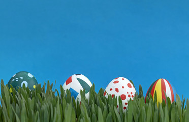 bunte Ostereier im Gras